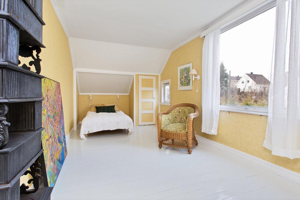 """""""Sønnenes værelse"""": Soverommet har god størrelse, innebygd skap og malt, originalt tregulv."""