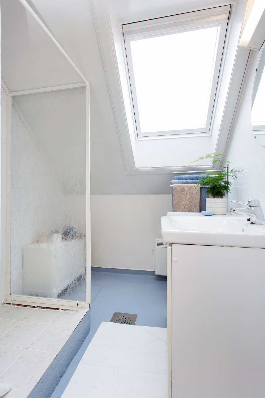Bad og toalett ligger i separate rom, vegg i vegg.