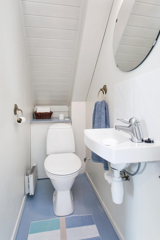 Toalettet er pusset opp i nyere tid med nyere toalett og vegghengt servant.