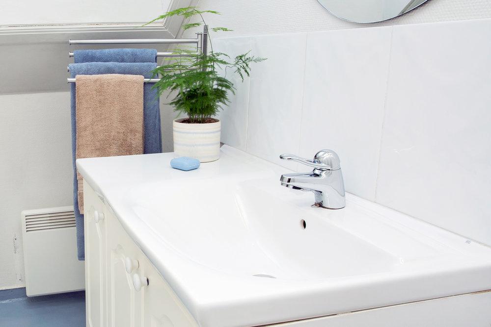 Badet er av eldre dato, men har nyere servant og dusjnisje.