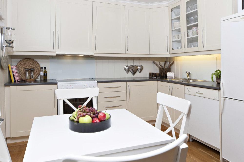 Kjøkkenet er av merket Strai og er godt utstyrt med både benkeplass og skapplass.
