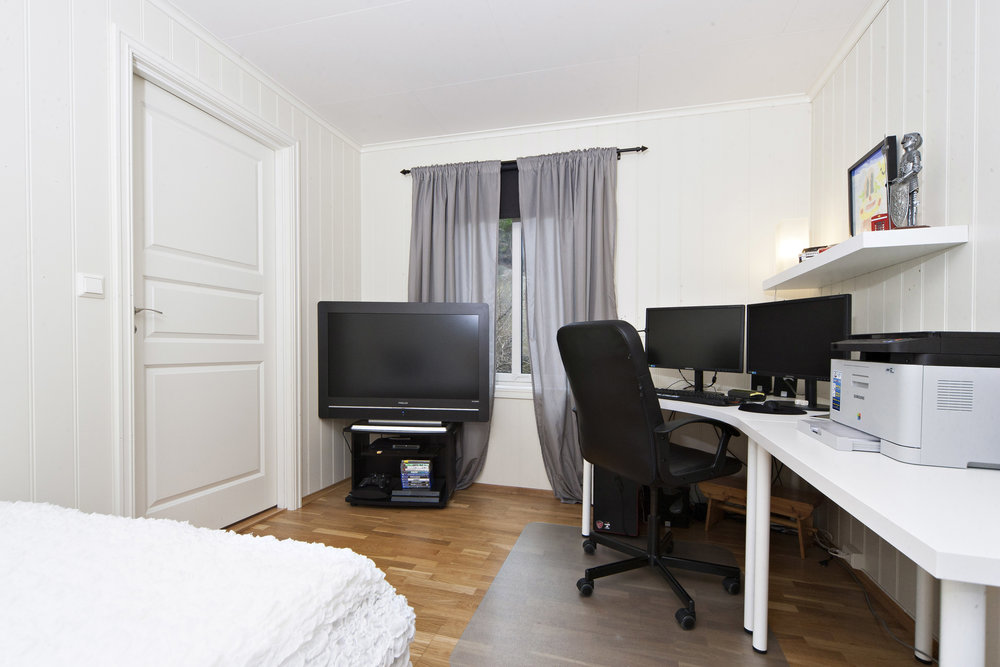 Soverom 1 - dette er det største soverommet, med plass til både dobbelseng, garderobeskap og arbeidspult.