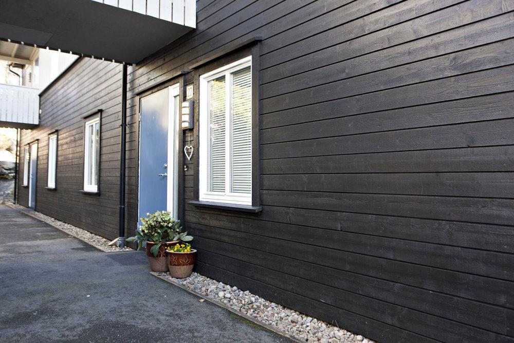 Begge soverommene har sval beliggenhet mot leilighetens inngangsparti.