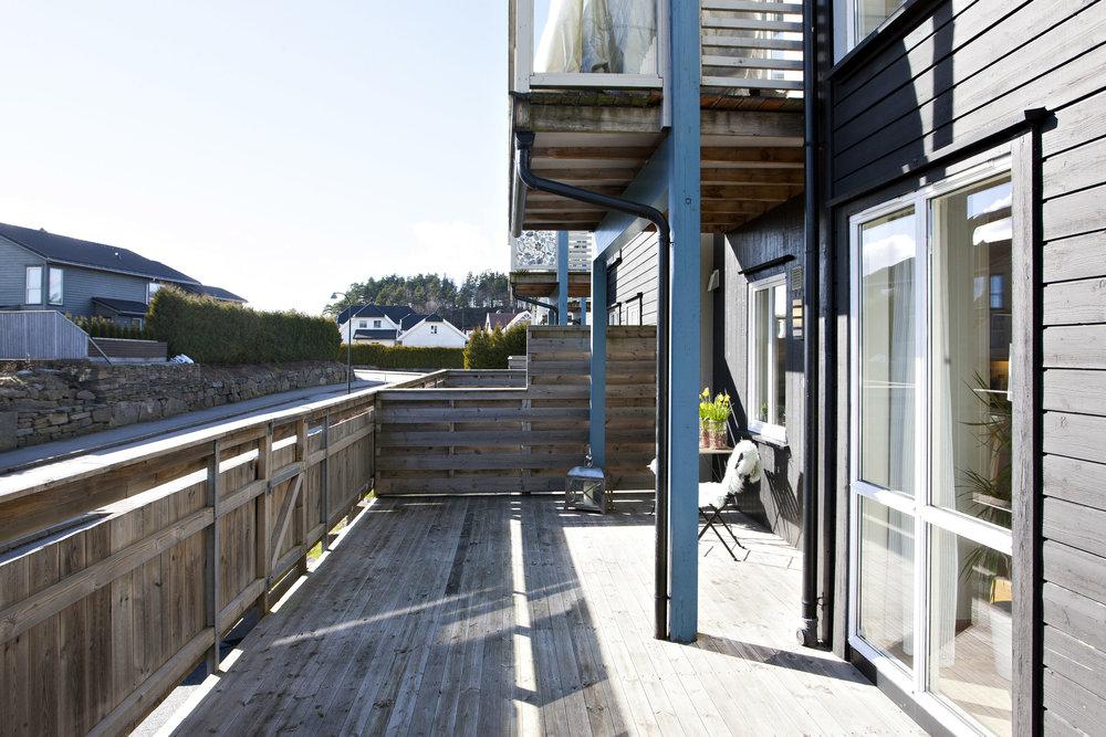 Stor og solrik terrasse med utgang fra stuen.