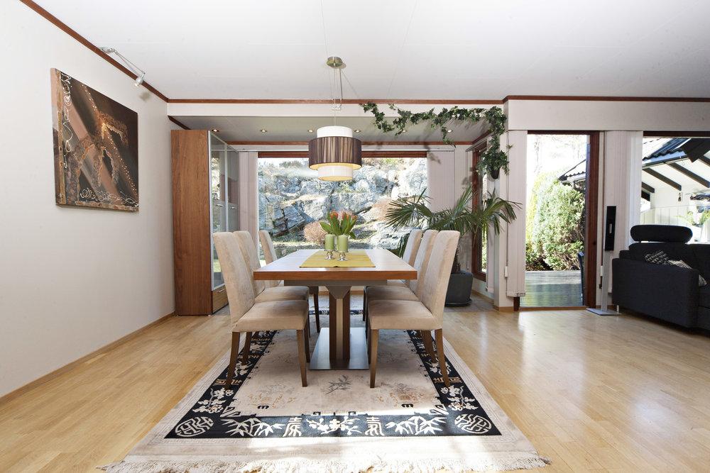 Stuen har også god plass til spisestue.