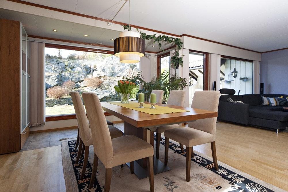 Store vindusflater i stuen, og utgang til usjenert terrasse og hage.