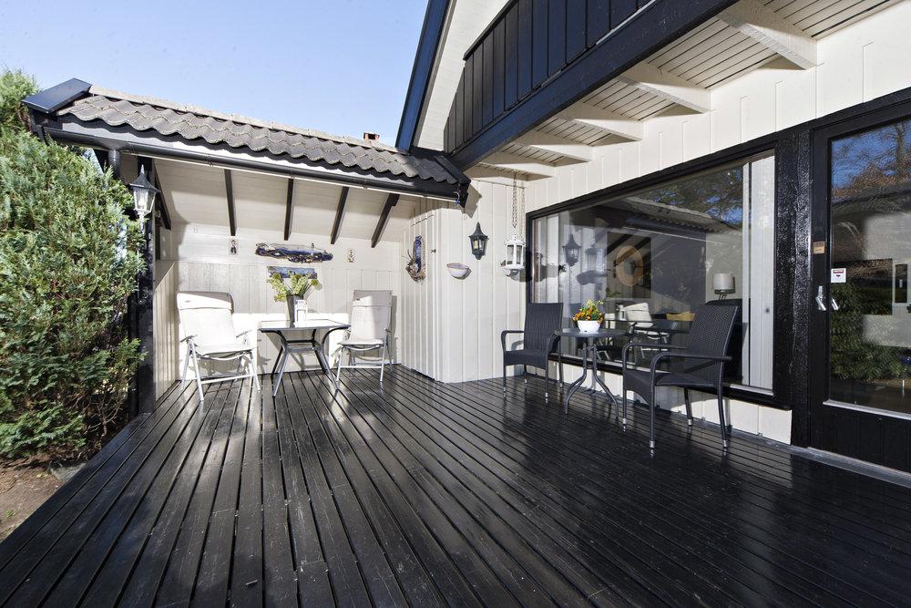 Lun og solrik terrasse som er delvis overbygd.