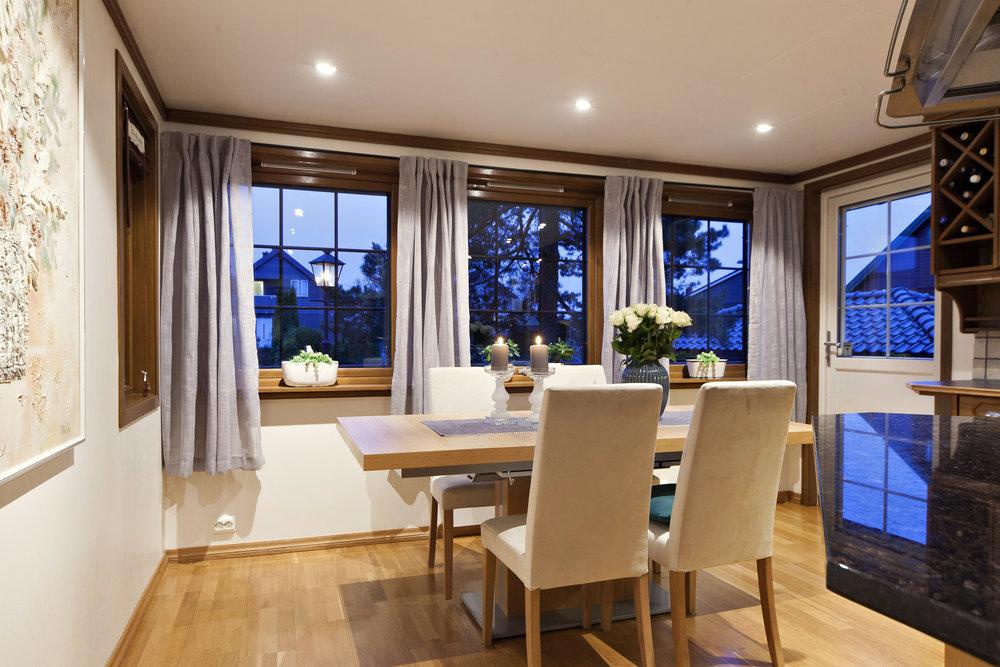 Kjøkkenet er det naturlige samlingspunkt med god plass rundt spisebordet.