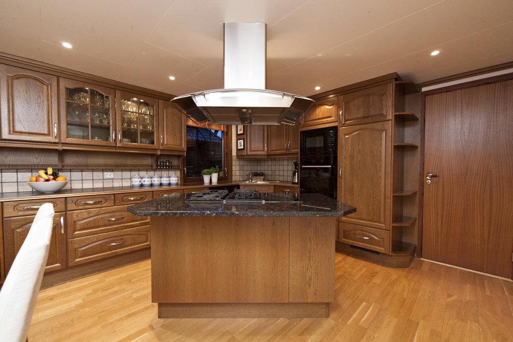 Praktisk kjøkkenøy utstyrt med både kjeramisk topp (2 kokesoner) og 3 gassbluss.