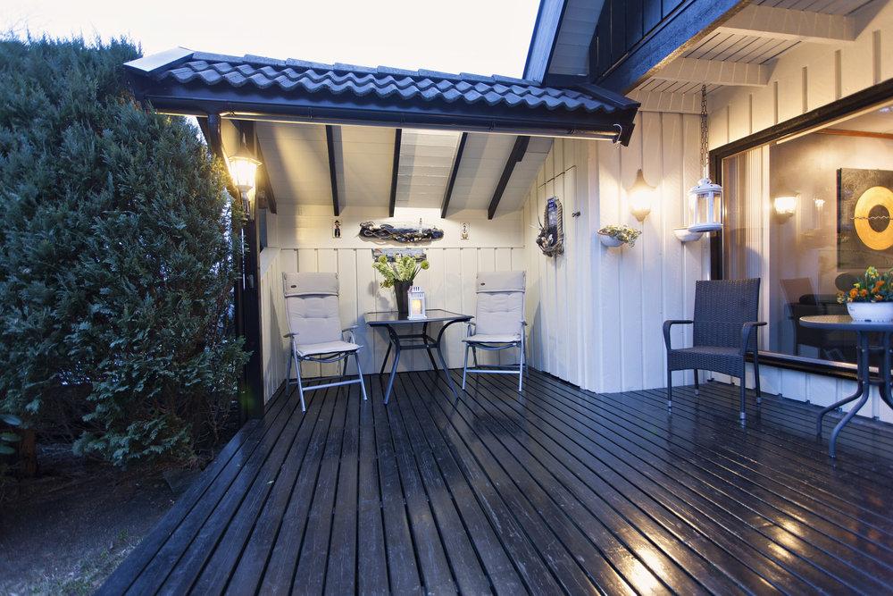Stemningsfull belysning på terrassen - perfekt for å nyte sørlandske sommerkvelder.