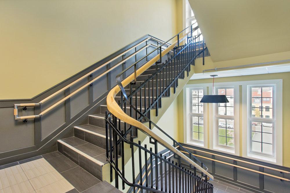 Flotte fellesareal med brede trapper og ganger.