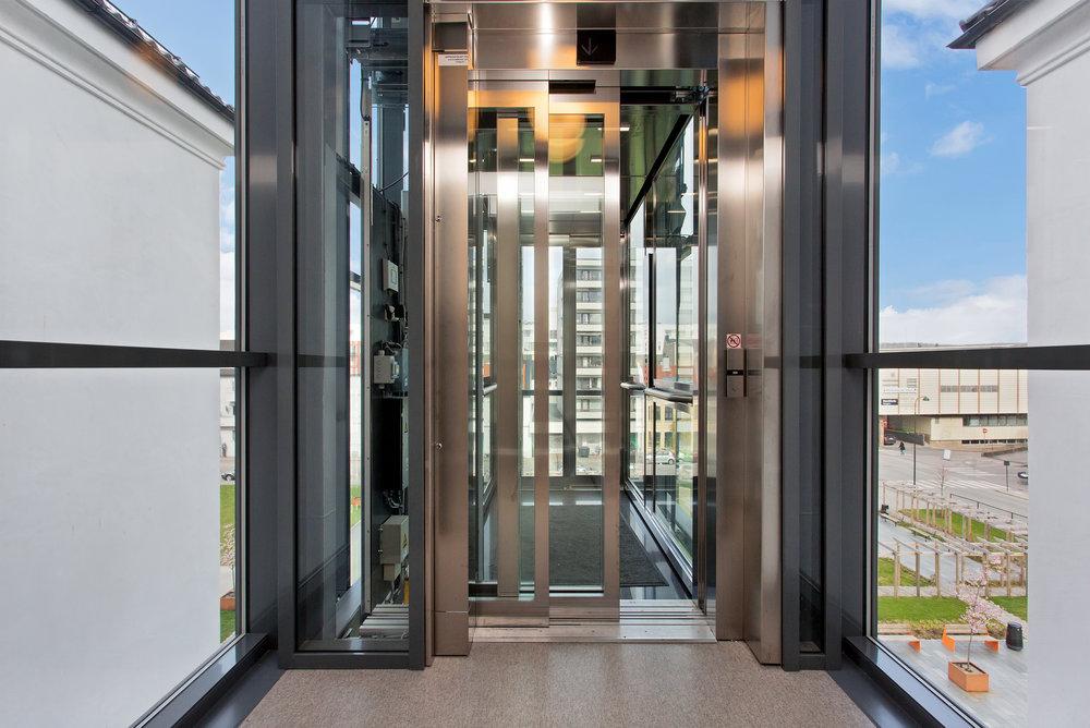 Bygget har fått en trendy, utvendig glassheis som går til 4. etasje.