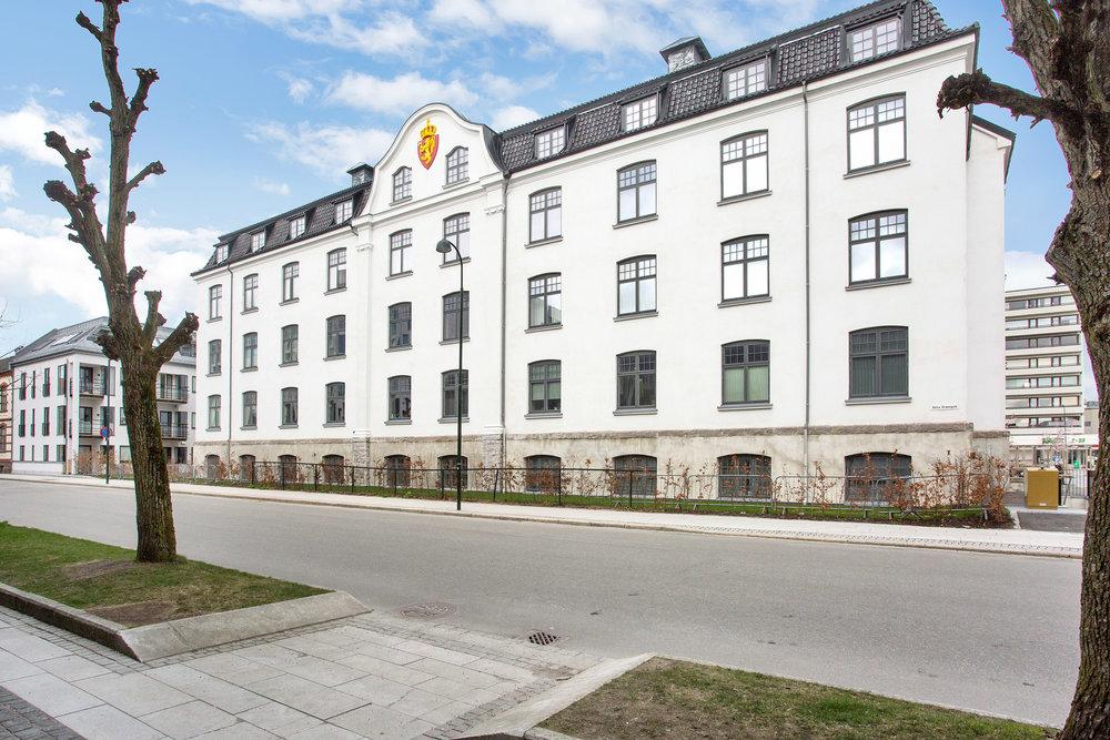 Bygningen er tegnet av arkitekt Johan Keyser Frølich og stod ferdig i 1913. Fasade mot Østre Strandgate.