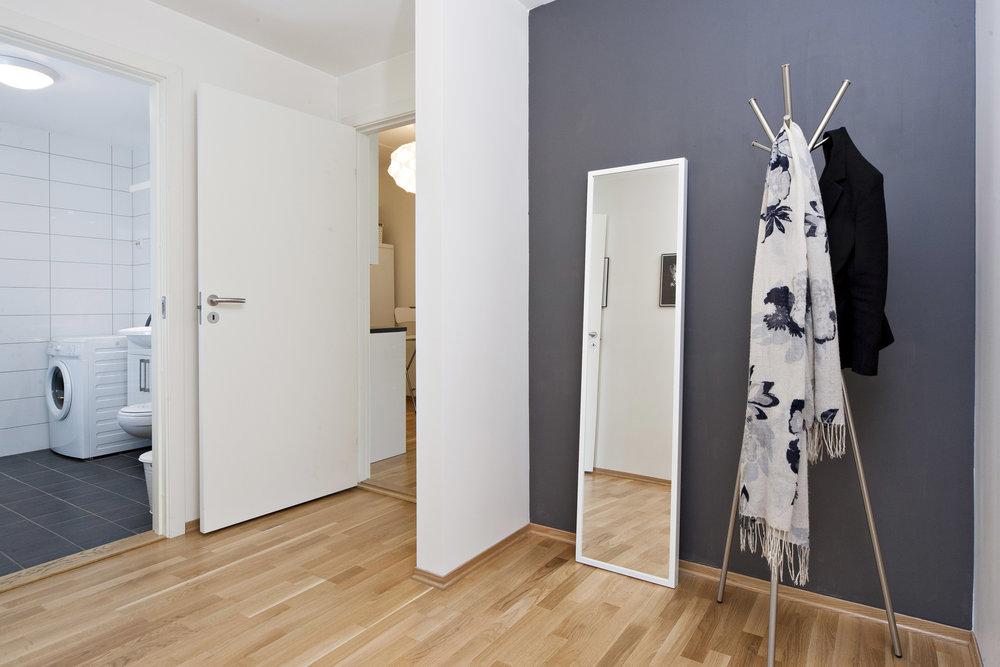 Stor og innbydende entré i leiligheten, og god plass til garderobeskap.