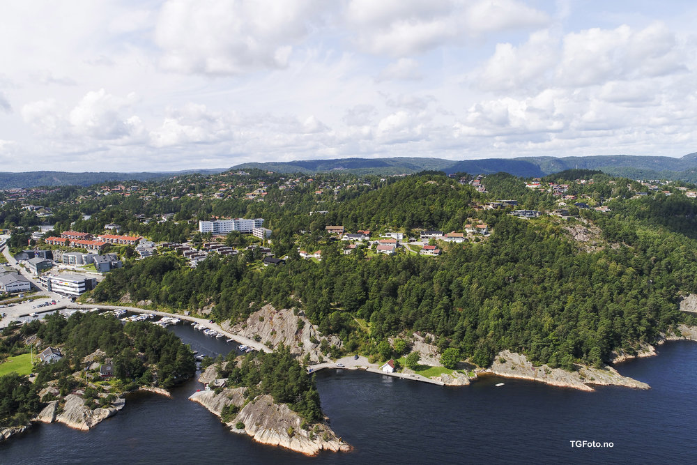 Narvika med badestrand, svaberg, brygge og båthavn ligger kun få minutters gange unna.