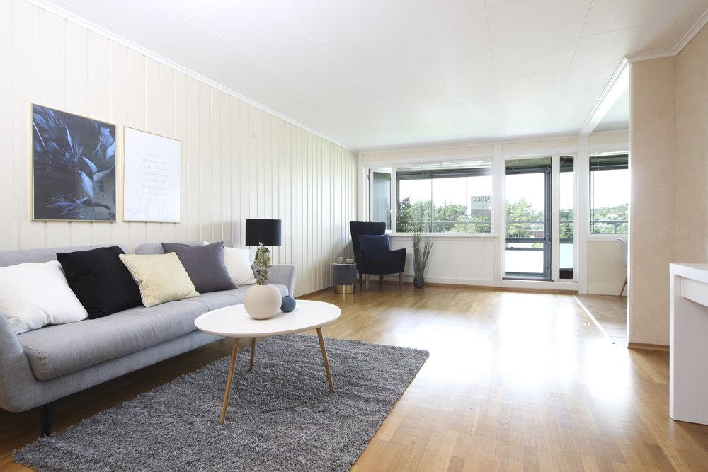 Stor stue med utgang til vestvendt, inneglasset balkong.