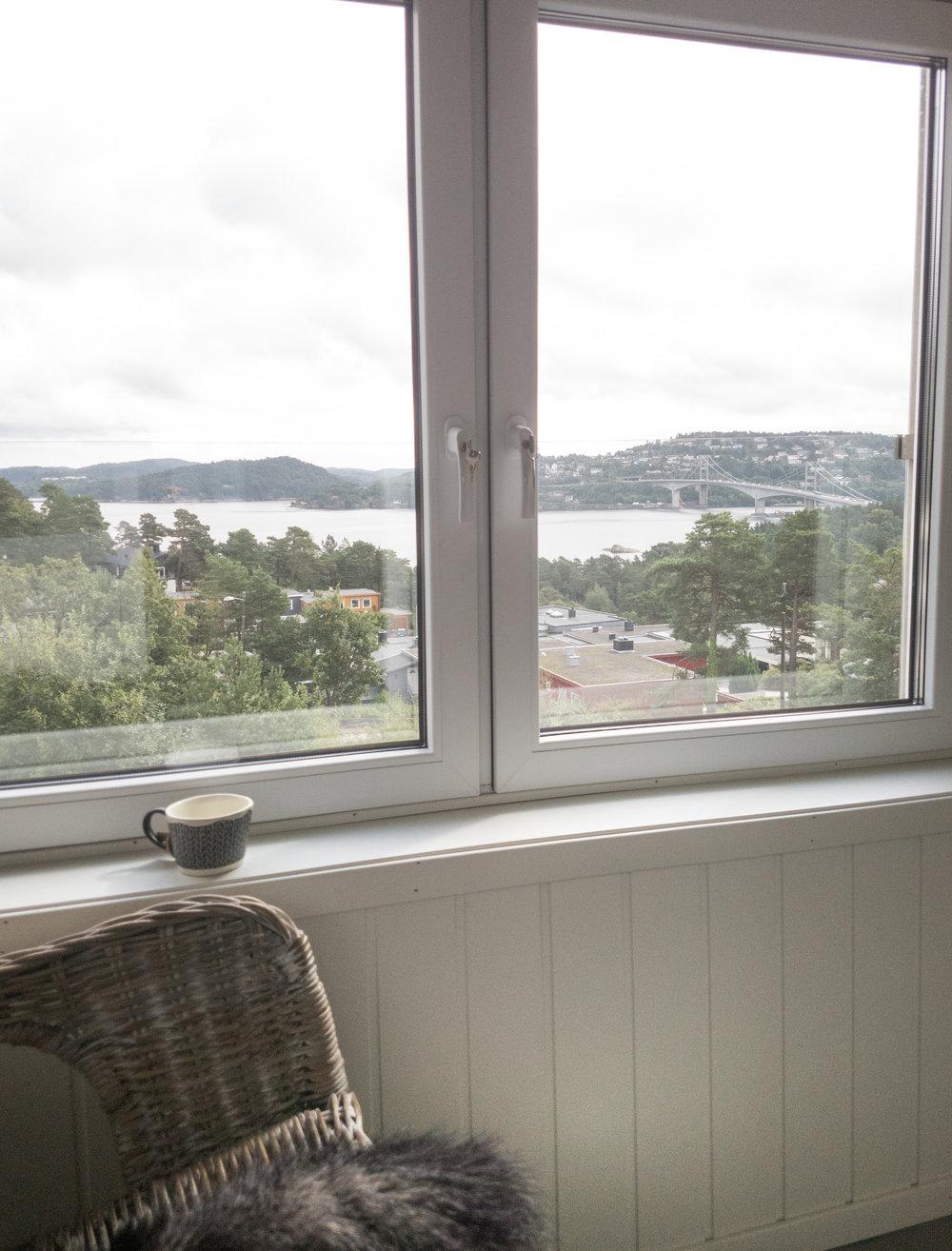 Morgenkaffen kan nytes sammen med den nydelige utsikten mot Topdalsfjorden og Varoddbrua.