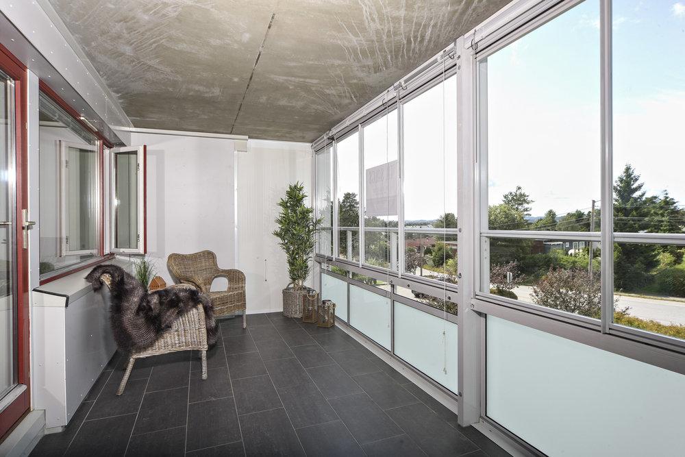 På den vestvendte balkongen kan man nyte solen til langt på kveld. Vinduene kan skyves til side.