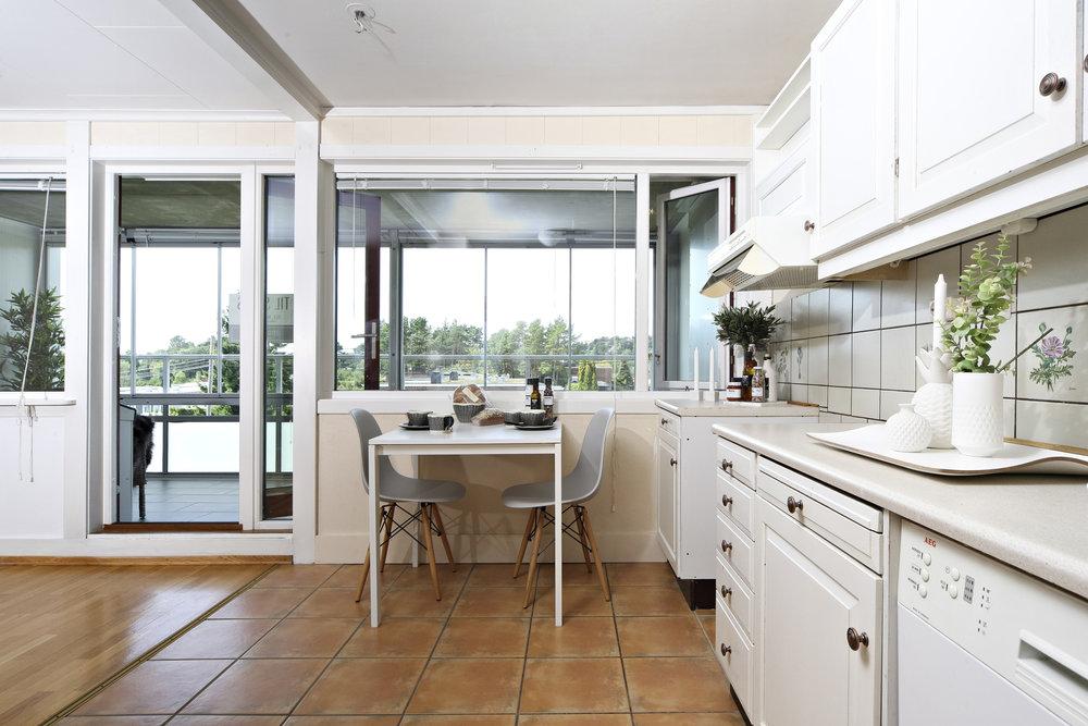 Stuen har delvis åpen løsning mot kjøkken.