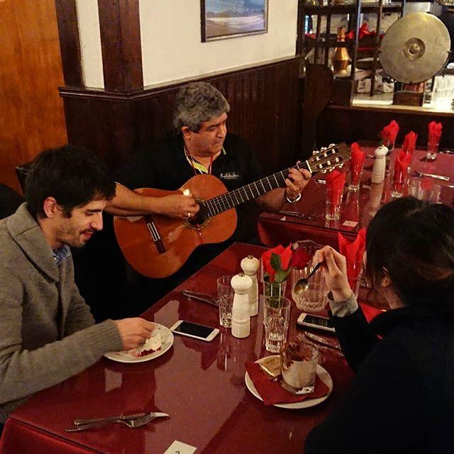 Manuel tog fram gitarren kvällen till ära