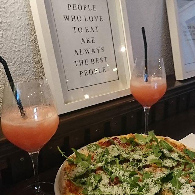 Parmapizza och peachbellini😍😋