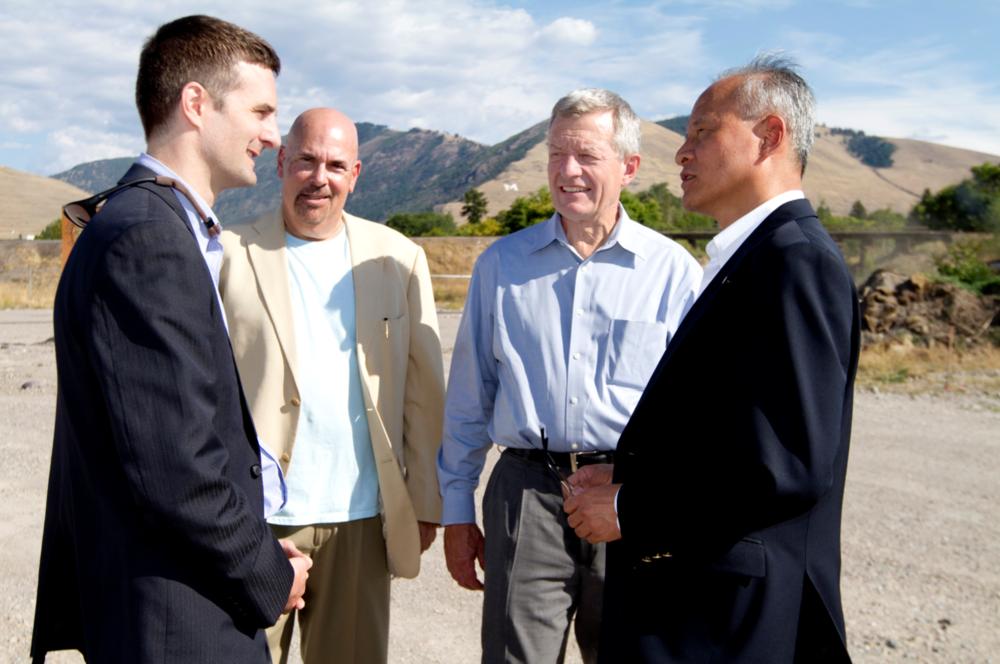 ( 2013年Todd Jackson 和Arnold Sherman在老锯木厂区会见前美国参议员,现任美国驻华大使麦克斯.鲍卡斯(Max Baucus)和中国驻美国大使崔天凯。可点击放大 )