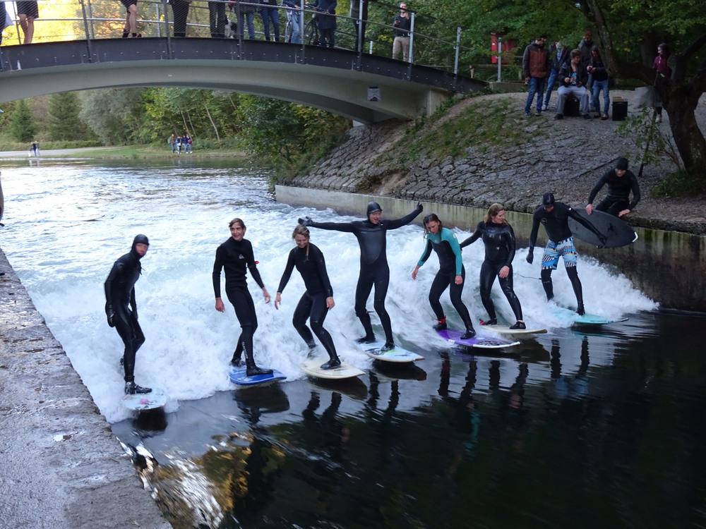 Die Welle teilen: Surfen an der Floßlände in München
