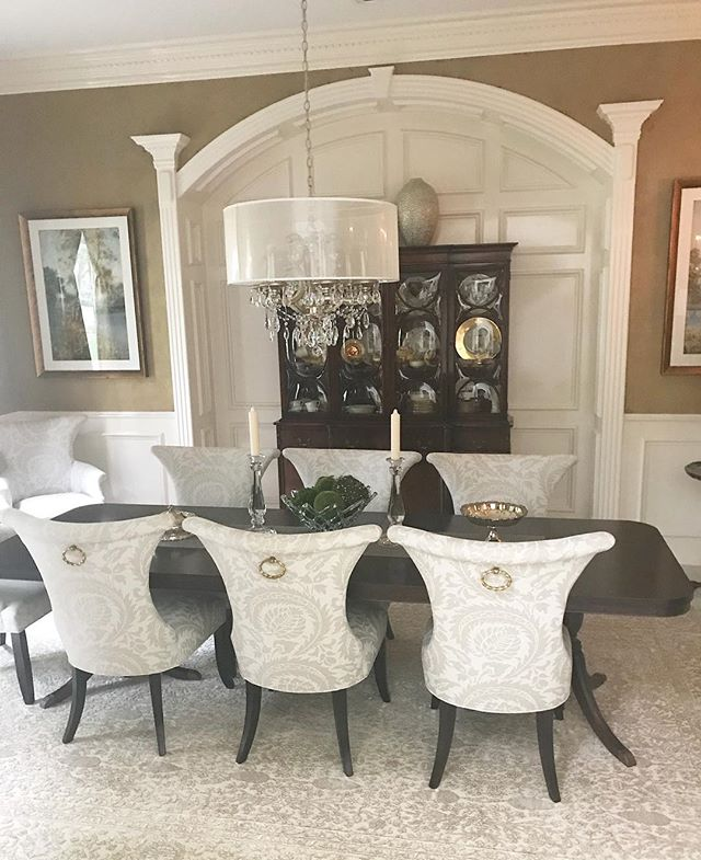 This client was thrilled with how we were able to integrate her heirloom dining table with new chairs, rug, art, and chandelier to create a fresh look! 😍 #jordantaylorclient #jordantaylorstyle
