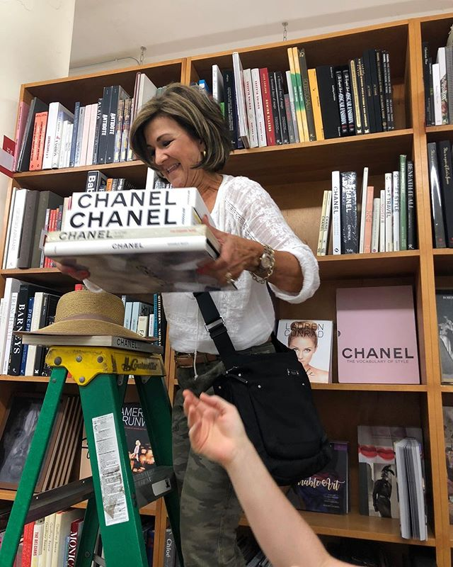 Of course she would climb the ladder at @strandbookstore and rearrange their CHANEL bookshelf, that's Dana! 😂❤️📚 #jordantaylorstyle