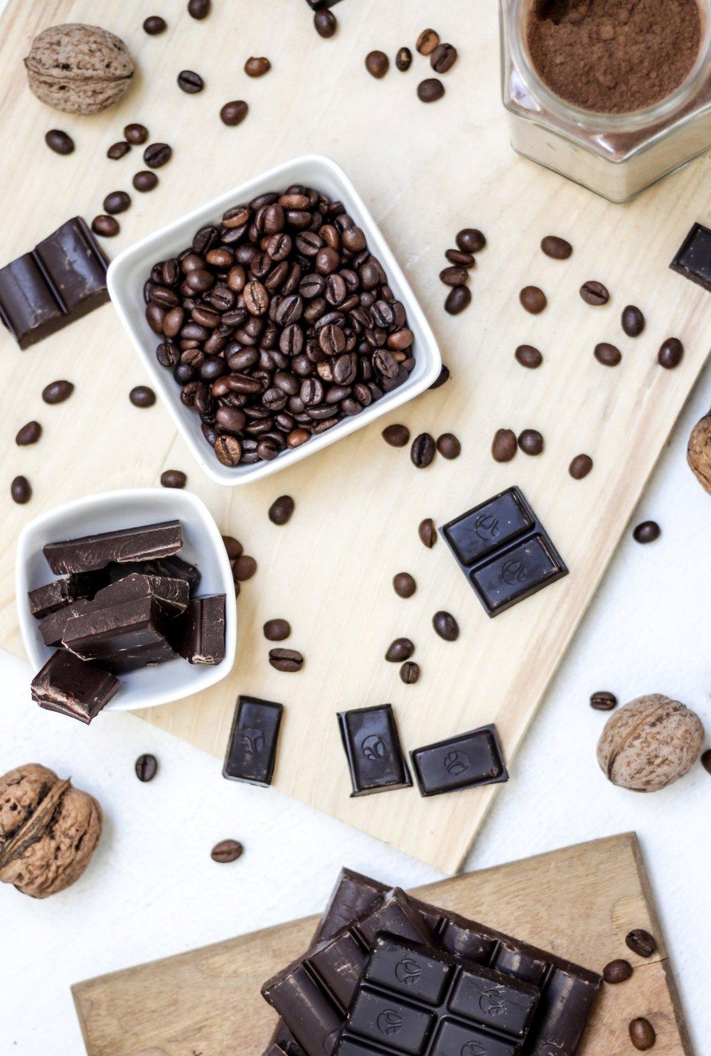 Desayuno - La comida más importante del día merece especial atención, por eso hemos creado opciones para todos los paladares en junto a nuestros amigos de Kafe Botanika, un precioso café a menos de un minuto andando de nuestra casa. Puedes reservarlo en nuestra web o hacerlo cuando quieras en el mostrador de recepción.OPCIÓN 1Café, té o batido de chocolate.Tortilla, tostada o croissant.3.50 EurosOPCIÓN 2Zumo + café, té o batido de chocolate..A elegir entre:yogurt casero con fruta y cereales; tostada con salmón marinado y queso fresco; tostada con tomate y jamón, o tostada clásica con mantequilla y jamón.6,50 Euros*Pan sin gluten para celíacos