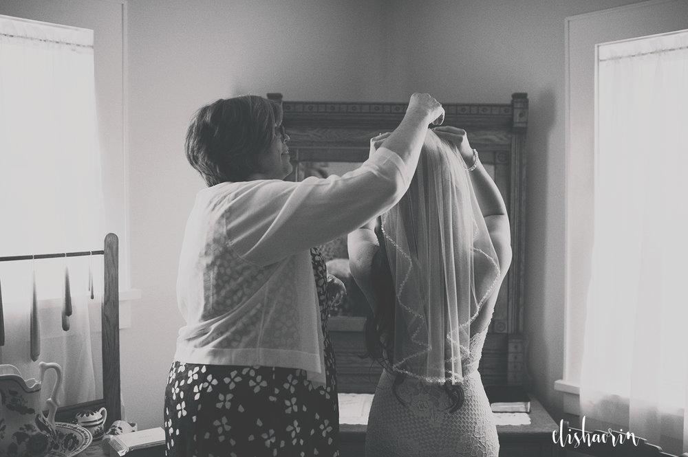 mom-putting-on-brides-veil