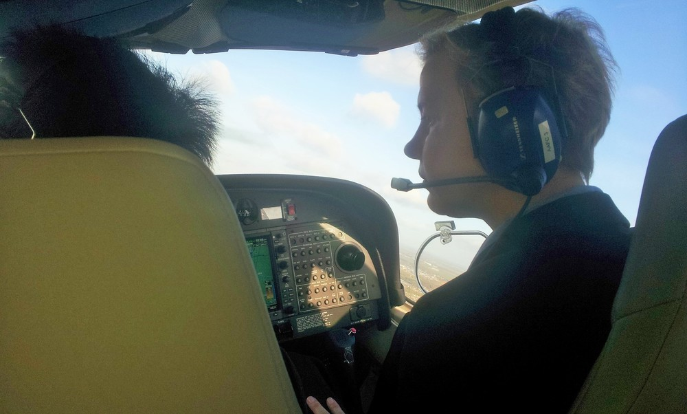 Is that Jutta flying the plane?