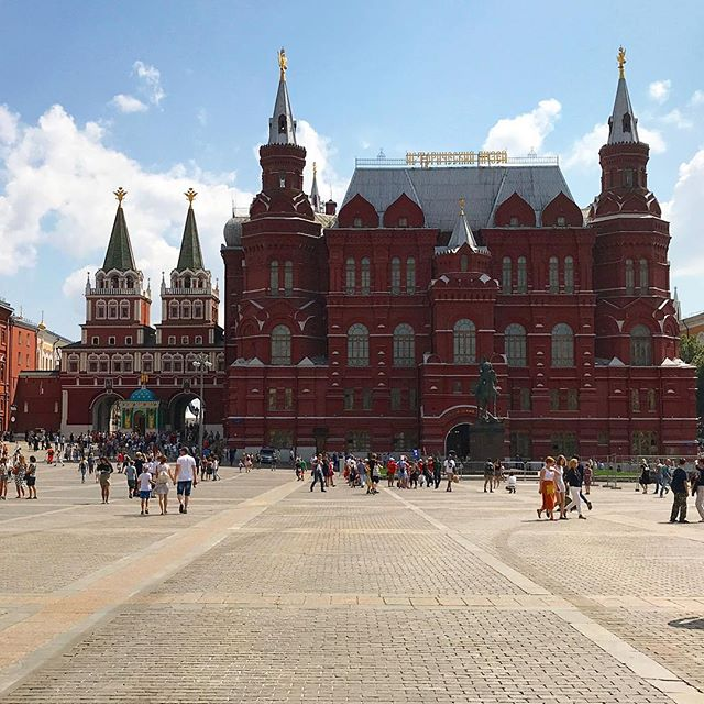 Took this before entering into the Red Square! 🇷🇺 . . . #pic#picoftheday#pictures#travel#travelblogger#travelgram#traveller#traveltheworld#travelphoto#photo#photography#instagood#instaphoto#instadaily#photooftheday#daily#traveling#follow#tflers#igtravel#russia#tourism#holiday#daily#moscow#redsquare#dailyphoto#inspiration#shotoniphone#traveladdict