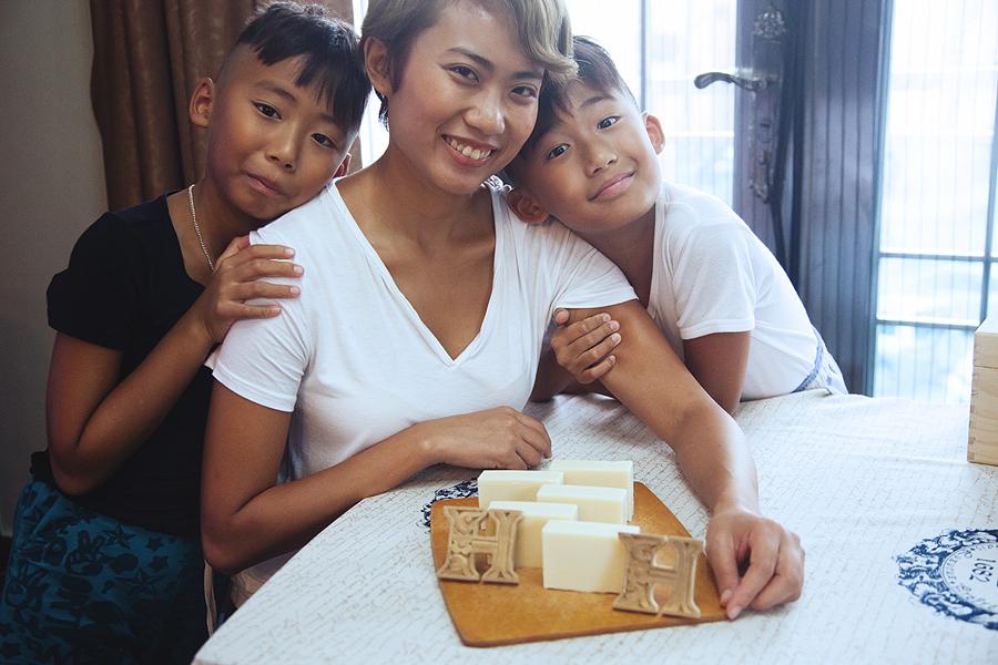 JC CREATIVE 女性攝影師    台北推薦婚攝 女力 人像寫真    華德福 自然風格 手感溫度 親子家庭  香港手工肥皂 天然肥皂 H & H 品牌拍攝  母子  圖像00073.JPG
