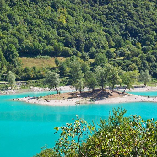 Bjergsøen Cassiglio - også brugt til badested om sommeren