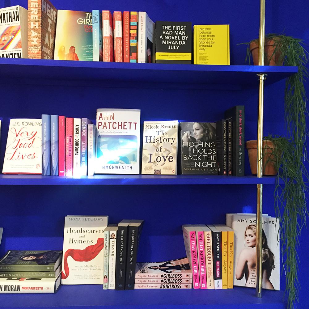 Bøger på blå baggrund