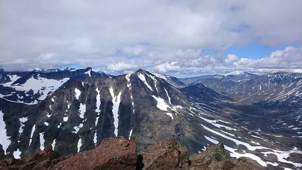 Fortsatt snø i høgfjellet i slutten av juni.