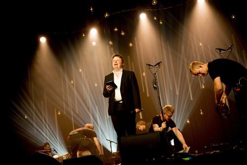 Her er Bary as sine dyktige og effektive sceneteknikarar i aksjon medan konferansier Sjur Hjeltnes introduserer neste artist på Festivalgallaen i 2015.
