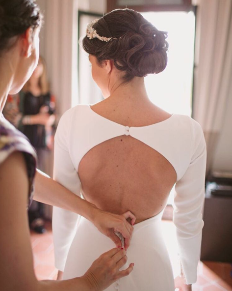 Mariée robe dos nu avec chignon bas