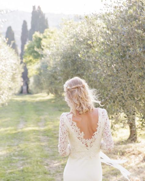 Robe mariage dentelle dos nu coiffure semi-attaché