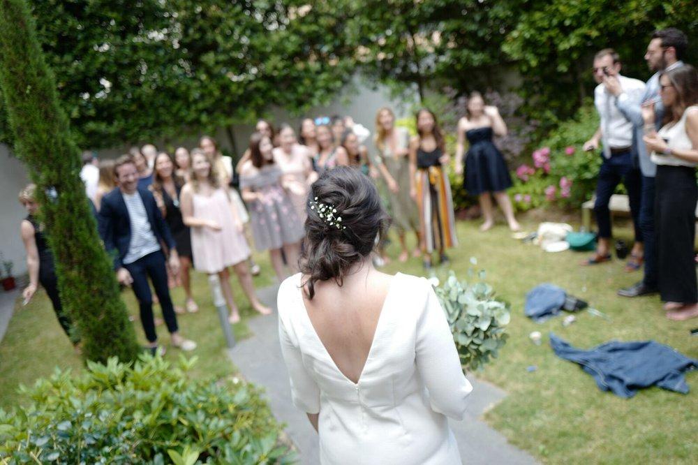 Coiffure de mariage bohème avec des fleurs