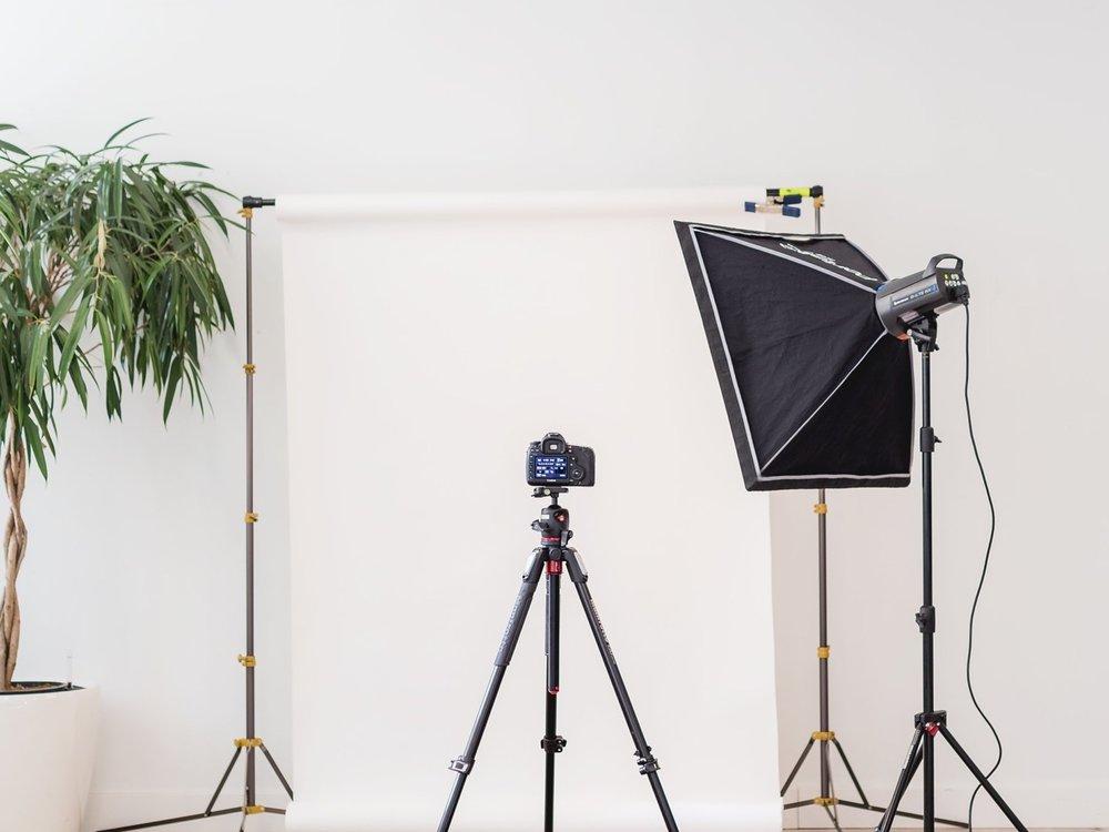 SHOOTINGS TOURNAGES VIDÉOS - Nous accompagnons les équipes de tournages et de shootings pour la mise en beauté des modèles (coiffure, maquillage, manucure)