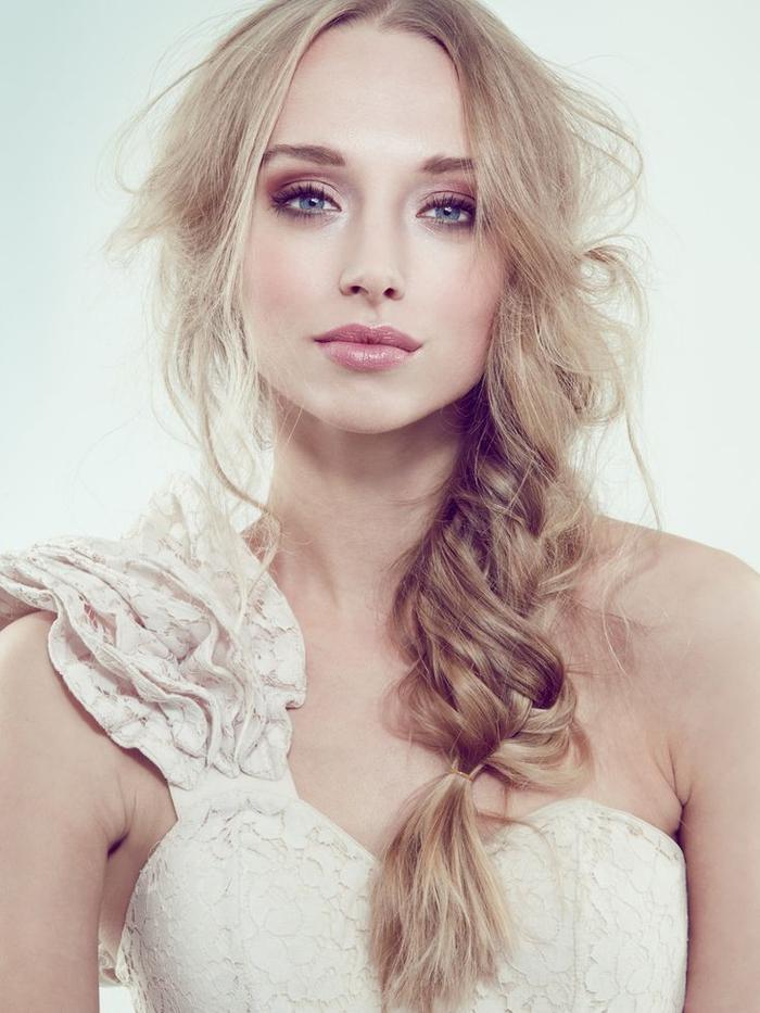 look-de-mariée-tendance-maquillage-mariage-naturel-joues-roses-bouche-glossy-nude-tresse-effet-décoiffé.jpg