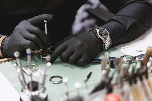 Sometimes your watch needs a little more love than just a battery — we got you covered 👌. ______________________________________ 📸: @anthonynassar  #watch #dailywatch #watchrepair #bulova #horology #windsor #yqg #watchesofwindsor