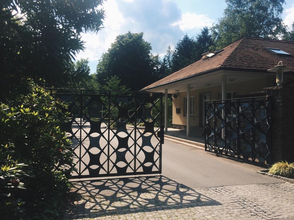 Porten till området och den forna vaktkuren, sommaren 2015.