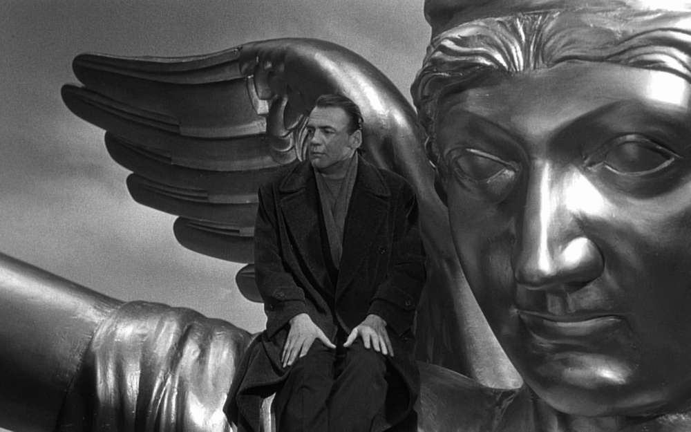 Bruno Ganz som ängeln Damiel i Himmel över Berlin.