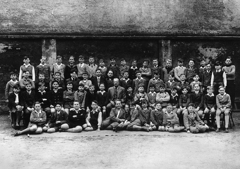 Klassfotografi 1935 från 1:a klass i skolan på Kundmangasse. Harry syns i främre raden, som nummer fyra från höger. Foto:   Harry Scheins privata arkiv.
