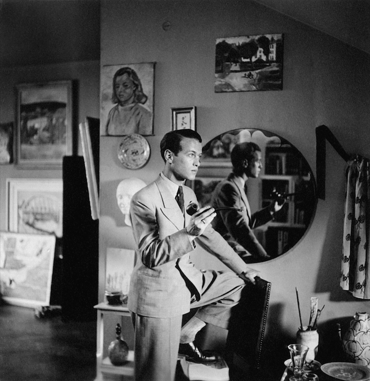 """En spontan pose i Ronald de Wolfes ateljé"", 1944. Självironi signerad modellen själv. Foto: Harry Scheins privata arkiv."
