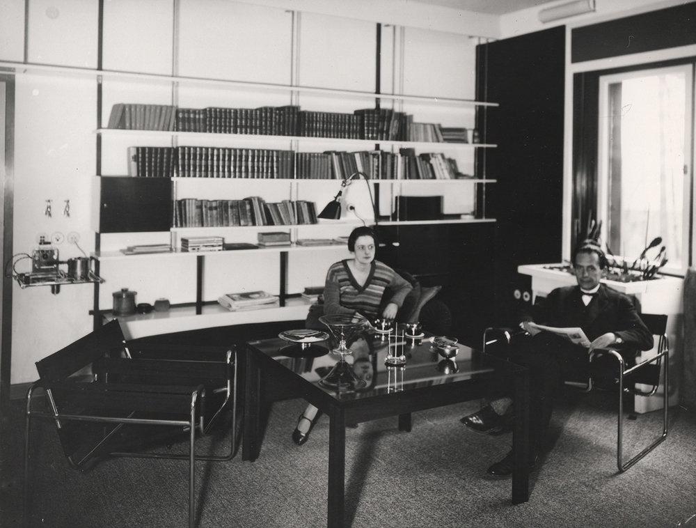 Walter och Ise Gropius i sitt vardagsrum i Dessau.Foto: Lucia Moholy-Nagy.© Bauhaus-Archiv Berlin / VG Bild-Kunst.