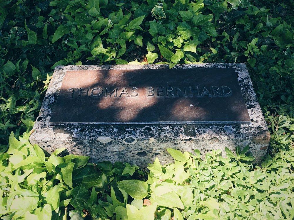 Bernhards gravsten på Grinzinger Friedhof, sommaren 2016.